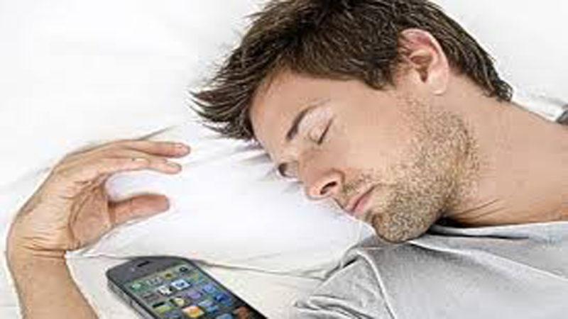 Suka Membawa Ponsel ke Tempat Tidur