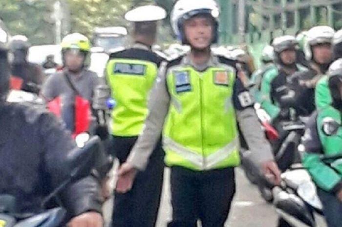 Viral Polisi Pakai Jaket Ojek Online Hadang Pelanggar Lalu Lintas