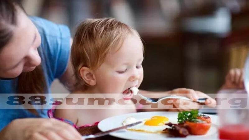 Kebiasaan Emak Emak Jaman Now: Mendudukkan Anak di Meja Makan