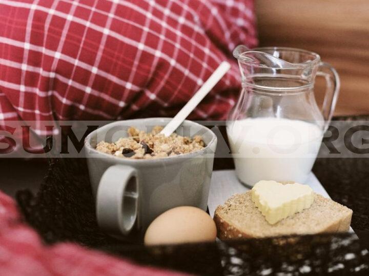 Fakta Bahaya Makan di Atas Kasur Tidur